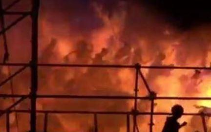 Fliehende Gestalten werden von der Feuer-Wolke eingehüllt. Screenshot von Privat-Video.