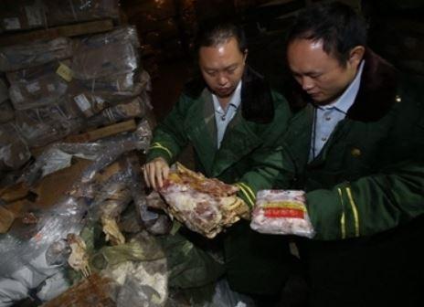 Zollbeamte inspizieren ihren ekligen Fund. Quelle: CCTV