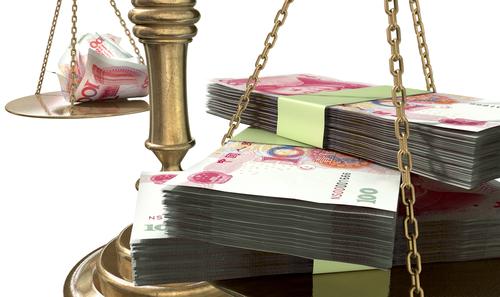 Eine Waage mit Yuan-Scheinen