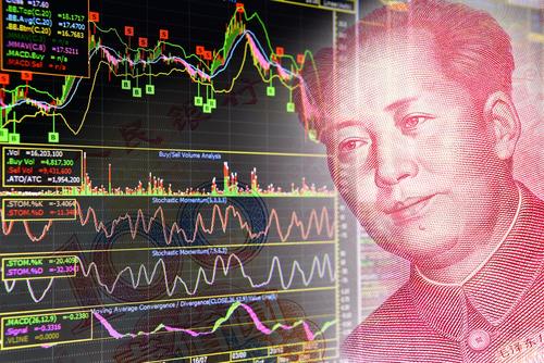 Das Bild Mao Zedongs von der 100-Yuan-Note blickt auf fallende Kurse am Aktienmarkt. Foto: William Potter/Shutterstock