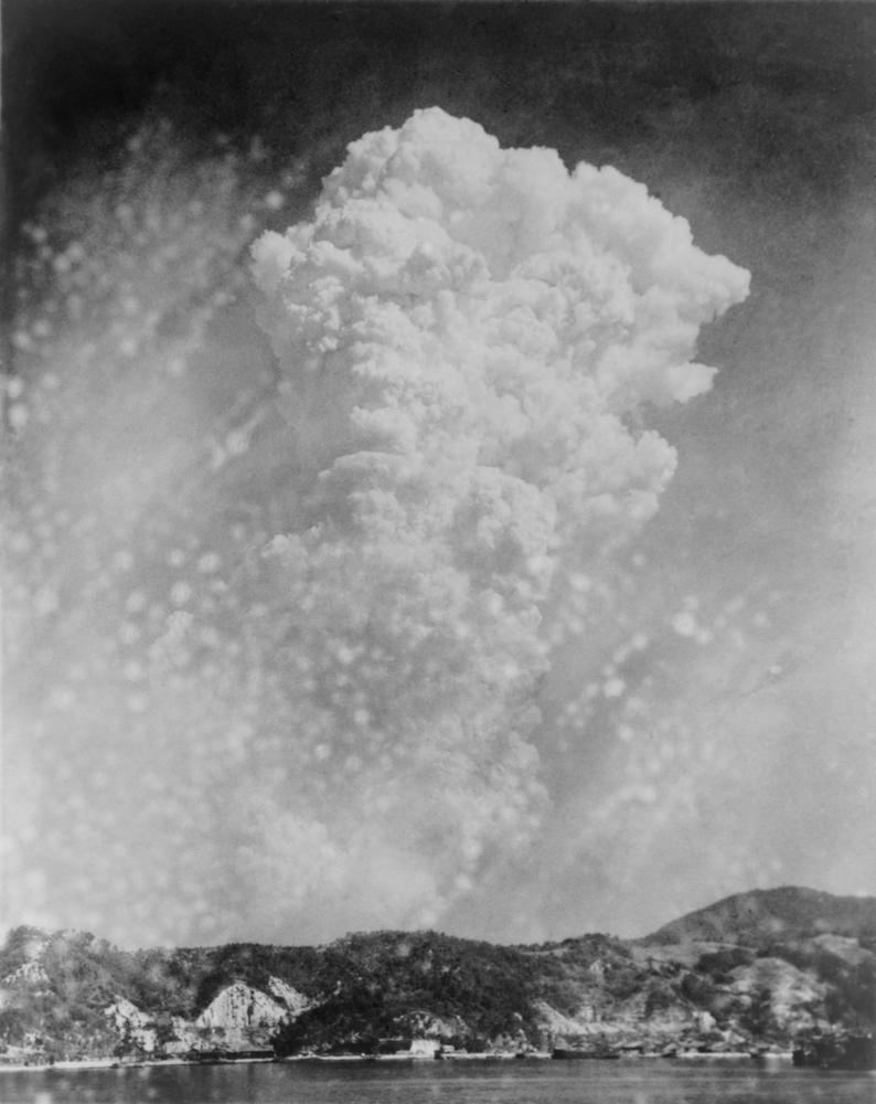 Zeitgenössische Fotografie vom 6. August 1945: Die Explosion der Hiroshima-Bombe von der Hafenstadt Kure aus gesehen. Foto: Everett Historical