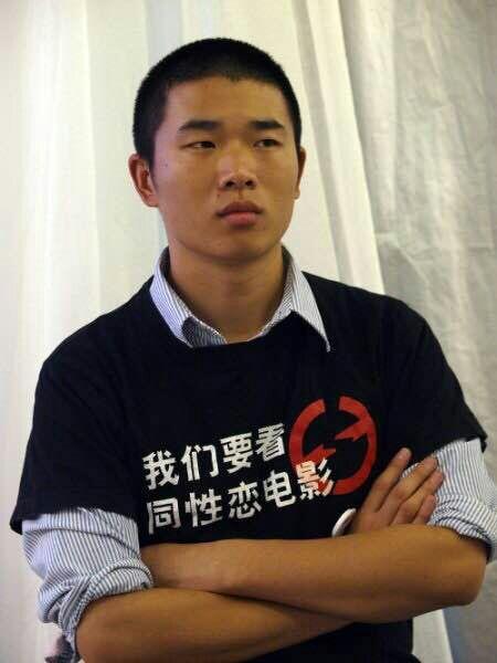 """Der Filmemacher Fan Popo trägt ein T-Shirt: """"Wir wollen schwule Filme sehen dürfen!"""" Foto: Fan Popo"""