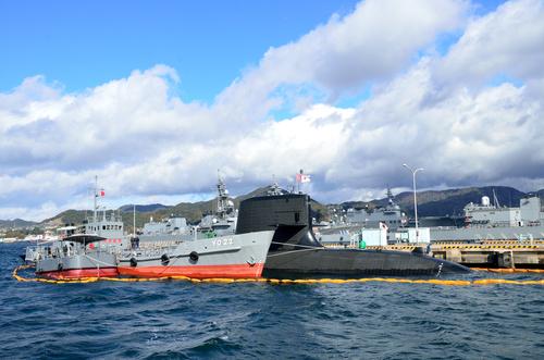 Schiffe der japanischen Marine am Kai in Hiroshima.