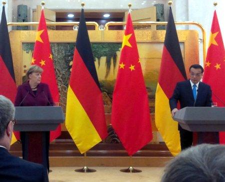 Kanzlerin Merkel auf der Pressekonferenz mit Li Keqiang in Peking. Foto: fmk