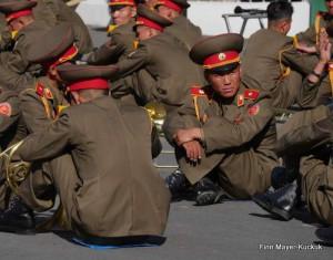 Soldaten warten vor der Militärparade in Pjöngjang auf den Einsatz
