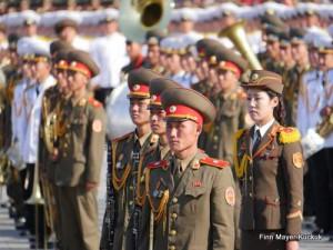 Der Kim Il-sung-Platz voller Soldaten, die gespannt auf den Großen Marschall ausgerichtet stehen