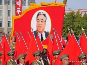 Nordkoreanische Soldaten präsentieren ein Bild von Kim Il-sung