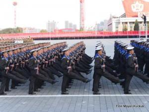 Matrosen marschieren auf der Militärparade in Pjöngjang