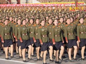 Soldatinnen marschieren auf der Militärparade in Pjöngjang im Gleichschritt.