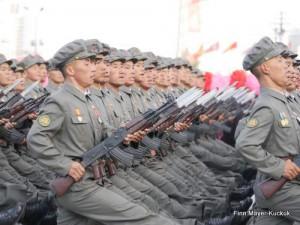 Soldaten mit aufgeplanzten Bajonetten auf der Militärparade in Pjöngjang.