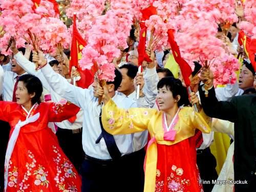 Fanatisierte Nordkoreanerin jubelt Kim Jong-un zu