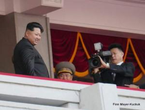 Der Mittelpunkt des Interesses: Der Respektierte Führer und Große Marschall Kim Jong-un