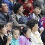 Nordkoreaner bei der Delfinschau